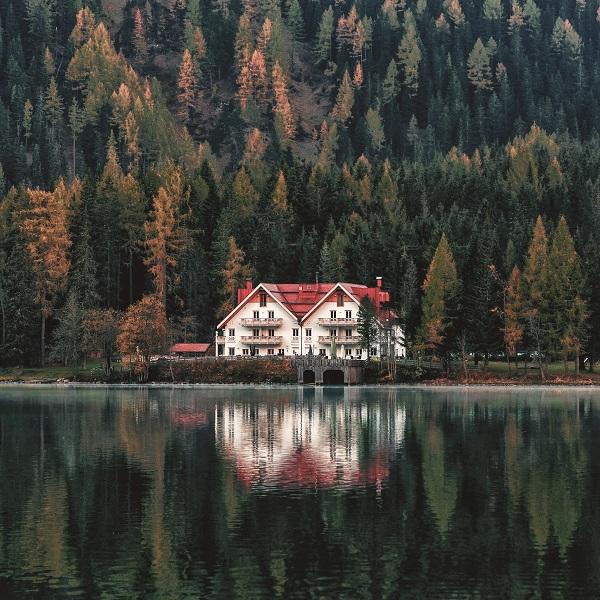 stort hus vid sjö